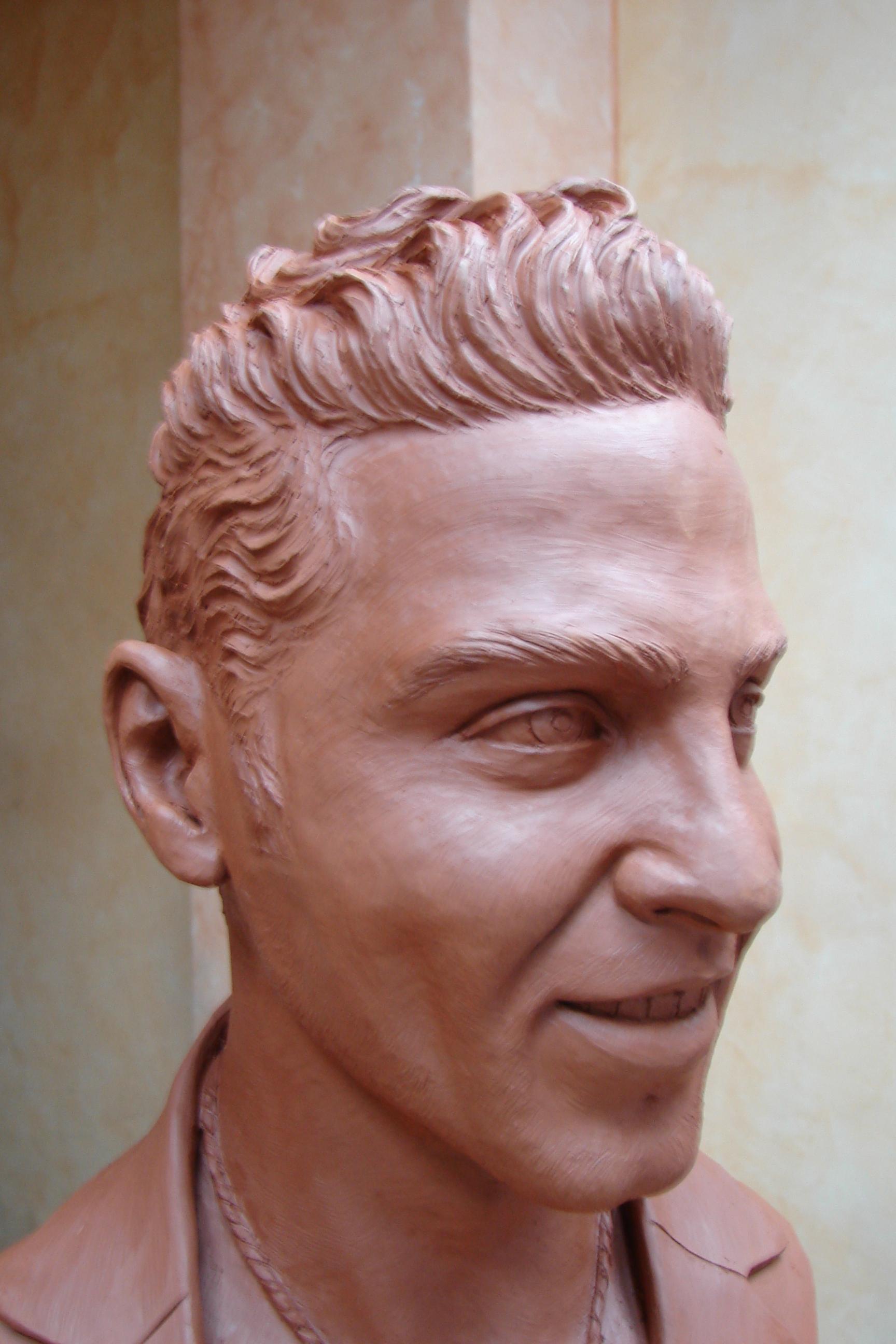 Regalo de busto al cantante David Bisbal